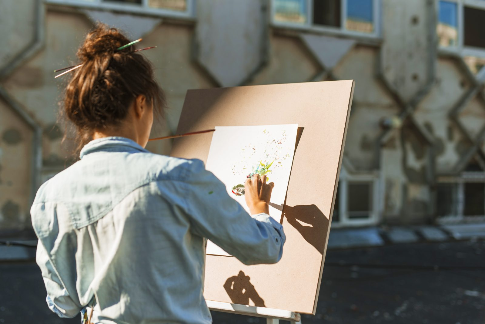 woman-painting-outdoors